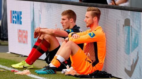 Ein Bild, das Bände spricht: Jakov Medic (hinten) und Keeper Tim Boss können die 0:1-Heimniederlage ihres SV Wehen Wiesbaden gegen Waldhof Mannheim nach dem Schlusspfiff nicht fassen.  Foto: rscp/Jörg Halisch