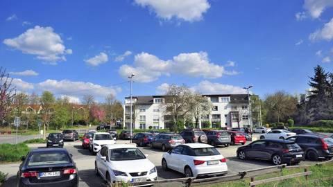 Wo sich jetzt noch der städtische Mitarbeiter-Parkplatz in der Wilhelm-Leuschner-Straße befindet, soll in Zukunft einmal das Gebäude von Polychrom stehen.Foto: Thomas Schmidt  Foto: Thomas Schmidt
