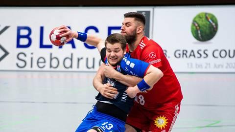 Kein Durchkommen: Ian Weber (am Ball) vom TVH ist bei Leos Petrovsky vom TuS N-Lübbecke in den besten Händen.  Foto: Noah Wedel