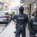 Nach dem Gewaltverbrechen in Wiesbaden hat die Polizei die Wellritzstraße abgeriegelt. Foto: René Vigneron