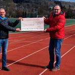 Vorsitzender Jörn Metzler (r.) freut sich über die Spende, die Peter Czech erlaufen hat.  Foto: TuS Weilmünster