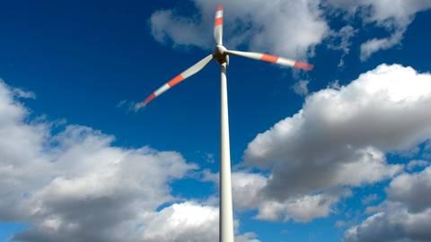 Eine Windenergieanlage kann laut Alterric alle Einwohner der Gemeinde Löhnberg mit Strom versorgen. Symbolfoto: Arne Dedert/dpa