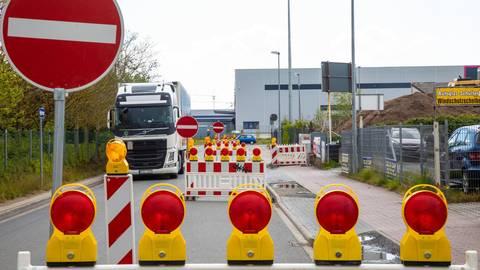 Warnbaken sollen Lkw-Fahrer stoppen. Foto: Vollformat/Volker Dziemballa