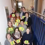 Mitarbeiterinnen des Demenz-Netzwerks Weschnitztal halten Flyer der Initiative. Foto: Demenz-Netzwerk