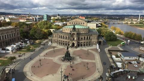 Die Semperoper ist eine Ikone der Musikstadt Dresden – so viel ist sicher. Das prachtvolle Buch von Christoph Münch bietet neben Gewissheiten dieser Art auch jede Menge Überraschungen. Foto: Christian Knatz