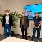 Vorstellung des virtuellen Markts: Bürgermeister Johannes Hanisch (v.l.), Wolfgang Eck, Emily Ufken und Elena Weber. Foto: Mika Beuster