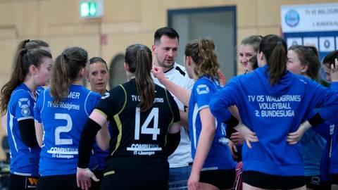 Nicht immer lief für die Volleyballerinnen des TV Waldgirmes um Trainer Peter Schlecht alles nach Plan.  Foto: Steffen Bär