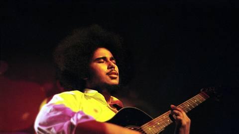 Samba Gueye mit Gitarre. Foto: Josko Joketo