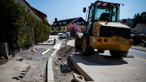 Bauarbeiten in der der Bonsweiherer Straße: Gehweg und der Bordstein werden angehoben, um einen barrierefreien Einstieg in den Bus zu ermöglichen. Foto: Sascha Lotz