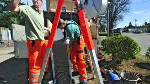 Kanalsanierung im Inline-Verfahren: der Harz-Schlauch, der später im Kanal aufgebläht und ausgehärtet wird, wird eingeführt. Foto: Thomas Schmidt   Foto:
