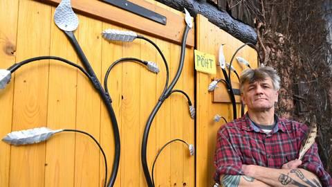 Harry Seyda spielt gerne mit Sprache und schreibt Gedichte. Zuhause ist er in Weiten-Gesäß. Foto: Dirk Zengel