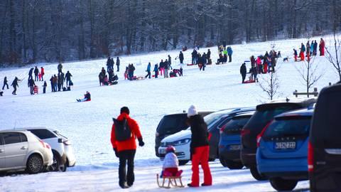 Vom Parkplatz direkt auf die Piste: Wer früh genug zum Taunus Wunderland kam, fand noch Platz. Foto: Wolfgang Kühner