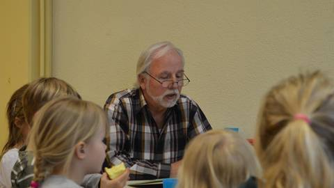 """Gerhard Timm liest den Kindern beim """"LeseHelden""""-Fest aus Bilderbüchern vor. Foto: Marco Partner"""