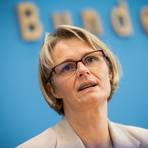 Bildungsministerin Anja Karliczek (CDU) will ein staatliches Nachhilfeprogramm, um die coronabedingten Lern-Defizite der Schüler auszubessern.  Foto: dpa