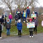 Die Klassen 4 a und 4 b der Sonnenschule in Neuhof präsentieren stolz ihre Werke, für die sie von der Bürgerstiftung Taunusstein ausgezeichnet wurden. Foto: Wolfgang Kühner
