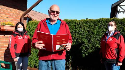"""Reiner Ringsdorf hat ein Ritterbuch geschrieben und überlässt es Interessenten gegen eine Spende an den Verein """"Menschen für Kinder"""". Das freut die Vorstandsmitglieder Daniela Reinhardt (links) und Beate Schick.  Foto: Dorothee Henche"""