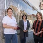Friseurin Doris Roth (links) weiß ihr Geschäft in Biebesheim bei Antonella De Nunzio (Mitte) und Friseurmeisterin Nadine Mirgaldi in guten Händen. Foto: Vollformat/Robert Heiler