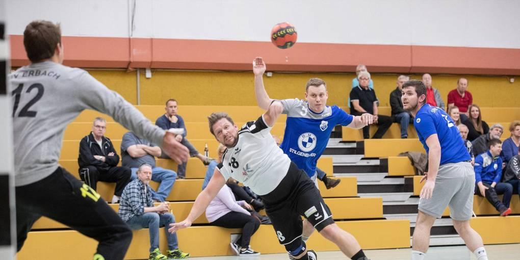 Erbachs Torwart Bastian Flath bereitet dem TVL (beim Wurf Tino Bohrmann) mit starken Paraden Probleme. Foto: Thorsten Gutschalk