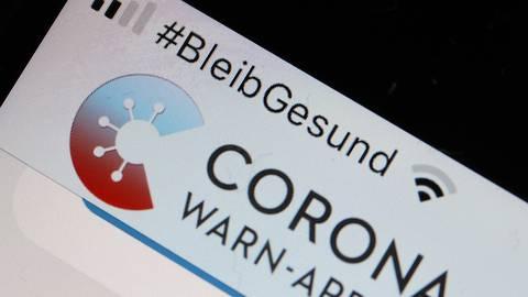 Die Corona-Warn-App mit der Seite zur Risikoermittlung ist im Display eines Smartphones zu sehen. Symbolfoto: dpa