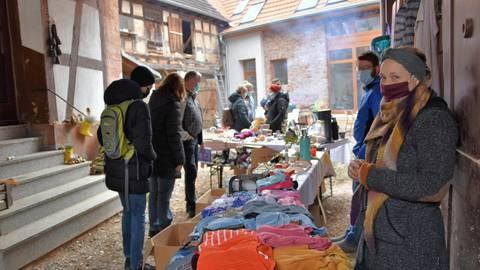 Einblicke in aufwendig renovierte Anwesen gewährten Kleestädter beim ersten Hofflohmarkt im Groß-Umstädter Stadtteil. Foto: Dorothee Dorschel
