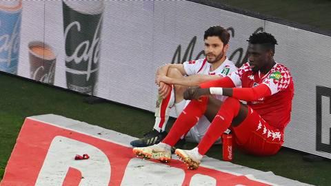 Mainz-05-Abwehrmann Danny da Costa sitzt nach dem Spiel neben Köln Jonas Hector an der Bande und unterhält sich mit ihm. Foto: dpa