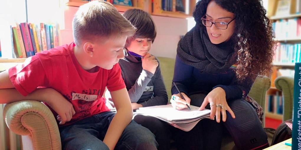 """""""Kinder der Zukunft"""" haben sich Moritz Bäcker (links) und Sayder Karakaplan (rechts) als Thema ausgesucht. Safiye Can bespricht die ersten Texte mit den beiden.  Foto: Maren Bonacker"""