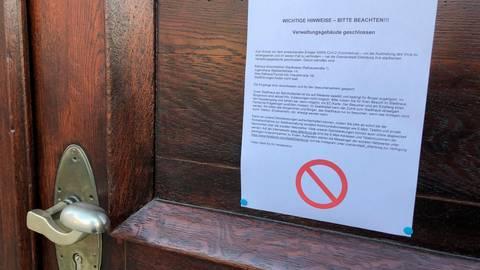 Kein Zutritt mehr: Das Dillenburger Rathaus ist - wie weitere städtische Gebäude - ab sofort für Besucher gesperrt. Die Verwaltung ist zwar besetzt, aber nur in unaufschiebbaren Fällen sind persönliche Kontakte mit den Mitarbeitern möglich. Foto: Tanja Eckel