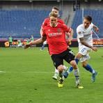 Abgezogen: Marvin Mehlem (rechts) erzielt den wichtigen Ausgleich für den SV 98 in Hannover.  Foto: Jan Hübner