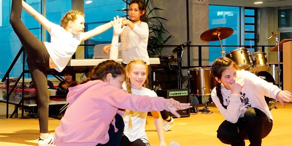 Beeindrucken beim Frühlingsfest: die Hip Hop-Mädels, gelenkig wie Ballettmäuse. Foto: Urbano