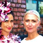 Christiane Arp (re.) lobt Anjas Abendkleid von Lara Loca Couture aus Wiesbaden. Foto: Anja Kossiwakis