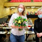 Elke Neuwohner (links) ist Marburgs neue Stadtverordnetenvorsteherin. Christa Perabo als ältestes Mitglied der Stadtverordnetenversammlung der Universitätsstadt leitet die Sitzung bis zu ihrer Wahl. Foto: Patricia Grähling