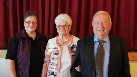 Pfarrerin Xenia Mai gratuliert dem Jubelpaar.Foto: Heil  Foto: Heil