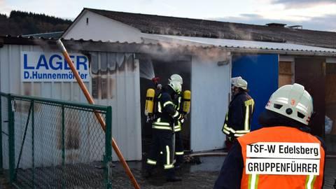 Einsatz mit Atemschutz: Feuerwehrleute löschen die Lagerhalle in Edeslberg.  Foto: Harald Höhnel