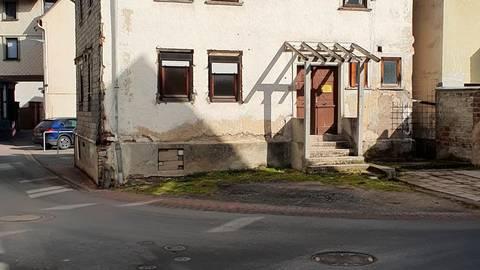 Im Eigentum der Gemeinde befindliche Bauruinen im Ortskern von Weilmünster sollten Platz machen für zeitgemäßen Wohnraum, fordert die SPD-Fraktion.  Foto: SPD Weilmünster
