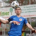 Gießens Andrej Markovic (r.) im Zweikampf mit Freiburgs Konrad Faber (l.). Foto: Ben Volkmann