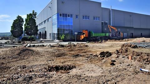 Am künftigen Amazon-Verteilzentrum in Grolsheim laufen aktuell noch Umbauarbeiten. Foto: Thomas Schmidt