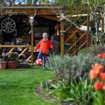 Im Kleingarten beim OGV fühlen sich auch Kinder wohl. Frieda genießt den Besuch bei den Großeltern. Foto: Vollformat/Samantha Pflug