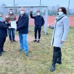 TG-Präsidentin Sabine Schmidt und TV Wicker Vereinsvorsitzender Karsten Sell halten den unterschriebenen neuen HSG-Vertrag in die Kamera. Foto: Jens Allendorf