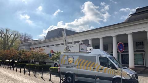 Übertragungswagen vor dem Staatstheater: Satellitentechnik bringt Met-Stars per Livestream ins Wohnzimmer. Foto: Volker Milch