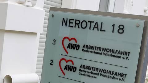 In der Geschäftsstelle der Awo Wiesbaden arbeiten Wolfgang Hessenauer und Franz Betz die Fehlentwicklungen der Vergangenheit auf.  Archivfoto: René Vigneron