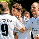 Lange ist es her: Am 6. September 2010 jubelt Stefan Hocker (M.) im Trikot von Eintracht Wetzlar und mit seinen Mitspielern Matthias Hagner (r.) und Andreas Baufeldt.  Foto: WNZ-Archiv.