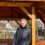 Matthias Pietsch am neuen Pavillon in Eichelsdorf, Treffpunkt im Ort.  Foto: Maresch