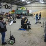 Blasmusik und Weizen: Der Musikverein Lyra probt in einer landwirtschaftlichen Halle. Foto: HBZ - Stefan F. Sämmer