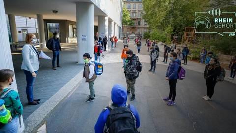 """Die Viertklässler kehren nach der Corona-Zwangspause in die Schule zurück. Wie der erste Schultag ablief, darüber sprechen VRM-Reporterinnen in der neuen Folge von """"Rheingehört!"""".  Foto: Sascha Kopp"""