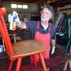 Wolfgang Etz hat in einer Lagerhalle in Kemel unzählige Stühle lackiert, um die LGS-Stadt aufzuhübschen. Foto: wita/Martin Fromme