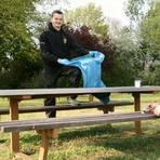 Julian Geiß (l.) und Nico Haßling, beide 24, sind Aktive des Sponsheimer Kerbevereins. Ihr Aufruf lautet: Müll einsammeln und Plätze verschönern statt abfeiern. Foto: Christine Tscherner