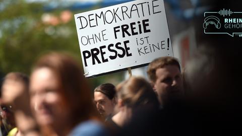 Gerade auf Demonstrationen erfahren Journalisten in Deutschland Bedrohungen und Gewalt. Bei dieser Demonstration in Berlin sind Demonstranten hingegen für die Freiheit der Presse eingetreten. Foto: dpa