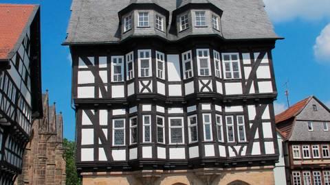 Herzstück des malerischen Marktplatzes in Alsfeld ist das Rathaus, welches eines der schönsten gotischen Fachwerkbauten Deutschlands ist.