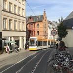 """An der """"Dicken Lilli"""" vorbei klettert die Bahn die 9,5-Prozent-Steigung hinauf. Die untere Gaustraße ist bergab für Radler gesperrt, das Schild gehört aber zu den meistignorierten der Stadt. Foto: Bermeitinger"""