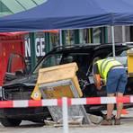 Berlin: Der nach einem Verkehrsunfall beschädigter Wagen steht am Bahnhof Zoo unter einem Zelt der Polizei, die Spuren des Unfalles sichert.  Foto: Paul Zinken/dpa